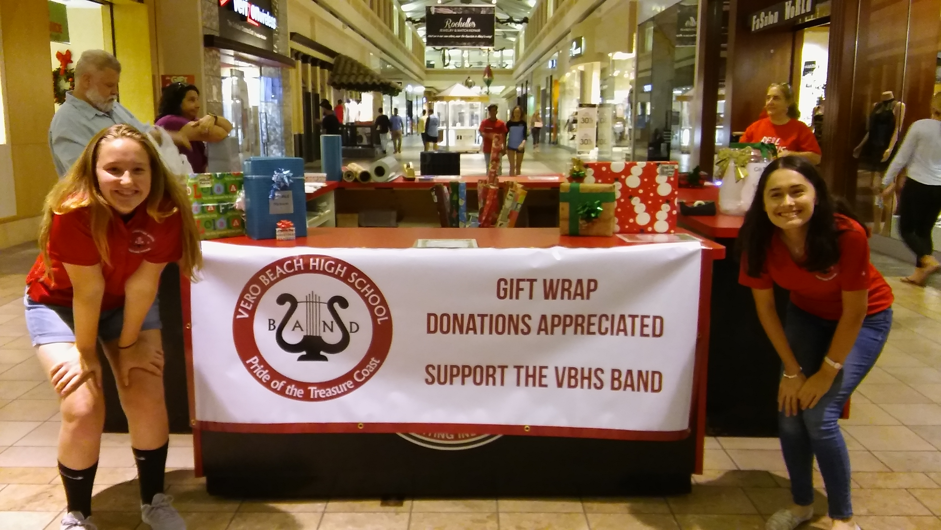 VBHS Band Wrapping Gifts at Indian River Mall 2